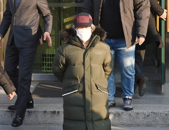 아동 성폭행 혐의로 징역 12년을 복역 후 출소한 조두순(68)이 지난해 12월 12일 오전 안산시 안산준법지원센터에서 행정절차를 마치고 이동하고 있다. 중앙포토
