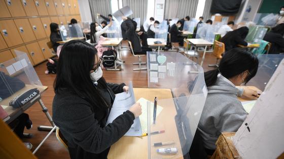 지난해 11월 18일 오전 대구의 한 고등학교 3학년 교실에서 학생이 시험지를 넘기고 있다. 뉴스1