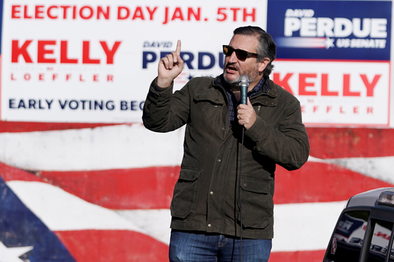 미국 공화당 테드 크루즈 상원 의원은 2 일 조지아 상원 선거 유세를 지원했다. 그는 오는 6 일 미 의회 하원 합동회의에서 조 바이든 당선자의 승리를 인정하지 않으면 밝혔다. [AFP=연합뉴스]