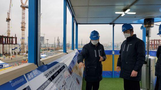이재용 삼성전자 부회장(오른쪽)은 새해 첫 업무 시작일인 4일 경기도 평택에 있는 삼성전자 평택2공장을 찾았다. [사진 삼성전자]