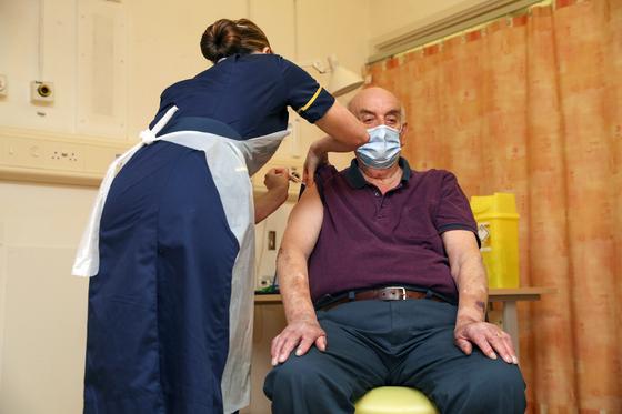아스트로제네카의 첫 접종자인 82세 남성(브라이언 핀커)의 모습. AP=연합뉴스