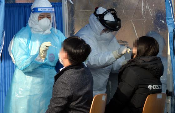 신종 코로나바이러스 감염증(코로나19) 신규 확진자가 1020명 증가한 4일 대전 한밭체육관 주차장에 마련된 코로나19 임시 선별진료소에서 의료진들이 방문한 시민들을 검사하고 있다. 김성태 기자.