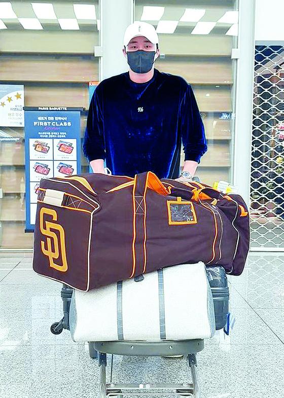 메이저리그행 꿈을 이룬 김하성이 2일 금의환향했다. 'SD(샌디에이고)' 로고가 박힌 가방과 함께 귀국했다. [사진 에이스펙코퍼레이션]