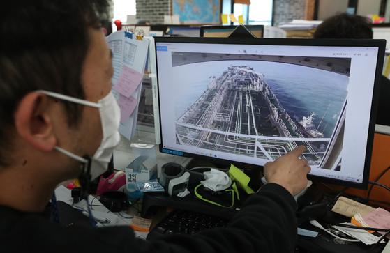 오후 부산 해운대구 한국케미선박 관리회사 직원이 한국케미호가 이란 혁명수비대에 나포되는 모습이 담긴 CCTV를 확인하고 있다. [뉴스1]