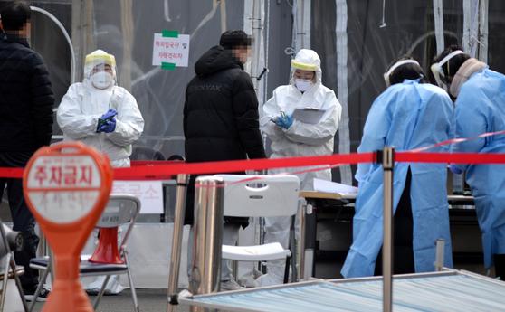 5일 대전의 한 보건소에 마련된 코로나19 선별진료소에서 의료진들이 시민을 검사하고 있다.프리랜서 김성태