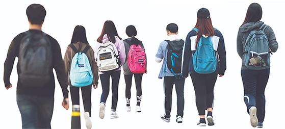 서울 대치동 학원가에서 학생들이 수업을 위해 바삐 발걸음을 옮기는 모습 [연합뉴스]