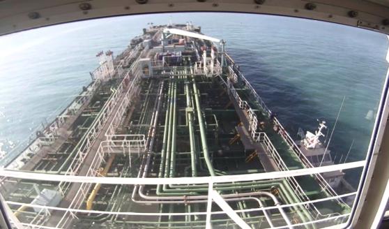 한국 선박 '한국케미'가 지난 4일 오전 10시30분(현지시각) 이란 혁명수비대에 나포될 당시 모습. 오른쪽에 작은 배가 이란 혁명수비대가 탄 선박. 선주사 디엠쉽핑의 캡쳐화면. 황선윤 기자