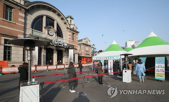 4일 오전 서울역 광장에 설치된 서울 중구 임시 선별검사소에서 시민들이 검체 검사를 기다리고 있다. 연합뉴스