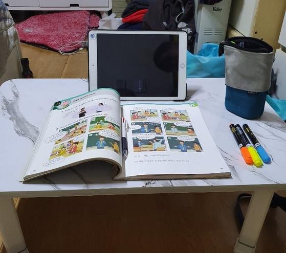 서울 강동구에 거주하는 황 모씨는 초등 3학년 손자와 둘이 살고 있다. 학교에서 원격수업용 태블릿PC를 지급했지만 출석관리는 황씨의 몫이라 애를 먹고 있다. 본인제공