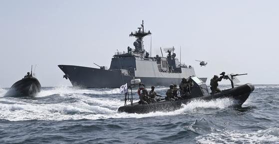 청해부대 최영함 장병들이 2019년 3월 파병 10주년을 맞아 임무를 수행하는 모습. 사진 해군 제공, 뉴스1