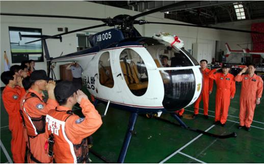 문화재 지정이 추진되고 있는 소방헬기 까치2호의 지난 2005년 퇴역식 장면. [사진 소방청]