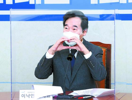 이낙연 더불어민주당 대표가 4일 오전 서울 여의도 국회에서 열린 청년미래연석회의 2기 출범식에서 온라인 참석자들을 향해 손으로 하트를 만들어 보이고 있다. 오종택 기자