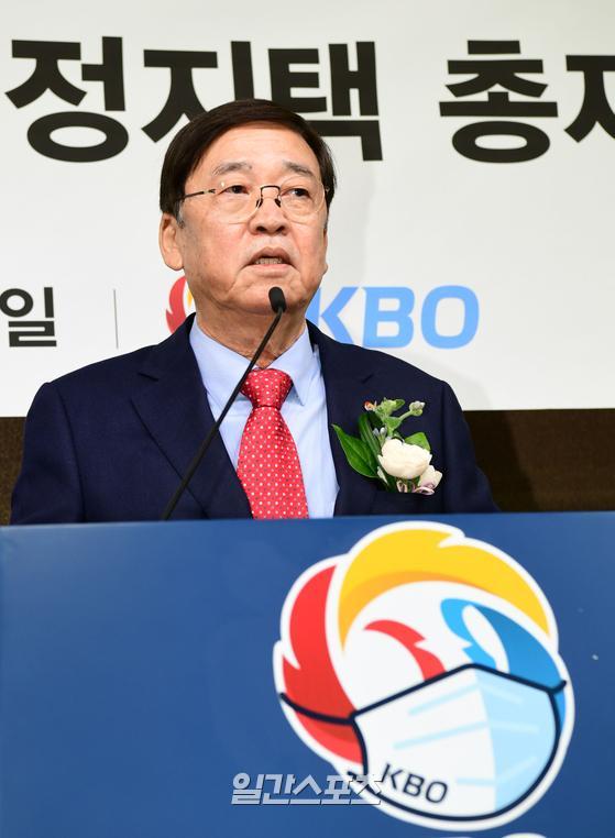 KBO 제23대 정지택 총재 취임식이 5일 서울 도곡동 야구회관에서 열렸다. 정지택 신임 총재는 이날 취임 소감과 함께 업무 추진계획에 관한 기자과 질의 응답을 시작으로 본격적인 행보에 들어갔다. 사진공동취재단