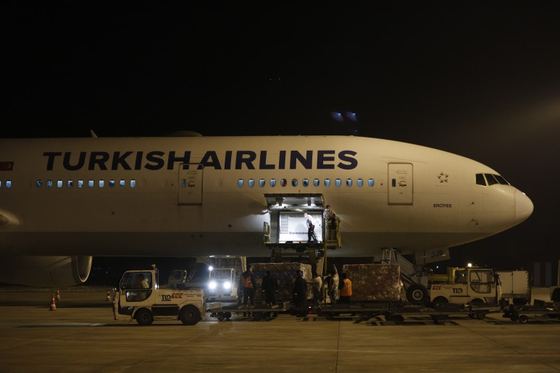 중국 백신 시노백을 들여오는 터키 [EPA=연합뉴스]