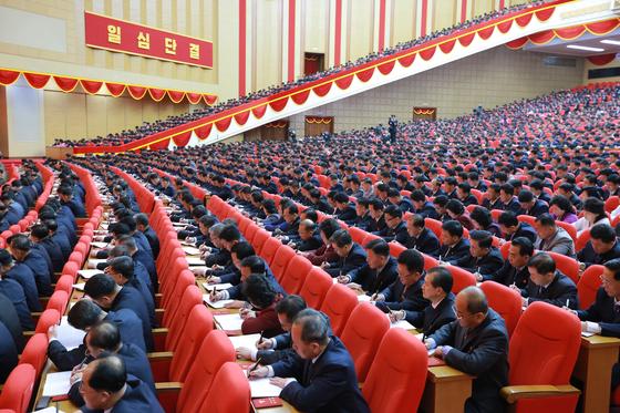 북한 노동신문은 지난 5일 평양에서 제8차 당 대회가 개막했다고 6일 보도했다. 보도에 따르면 참석자들은 마스크 없이, 거리두기 없이 착석해 무언가를 열심히 적고 있다. [북한 노동신문=뉴스1]