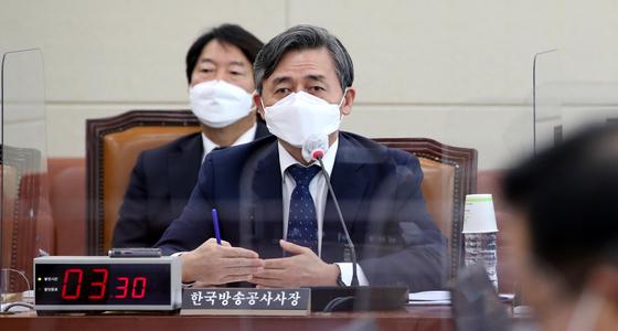 양승동 한국방송공사 사장이 지난해 10월 국회 과학기술정보방송통신위원회 한국방송공사, 한국교육방송공사 국정감사에서 의원의 질의에 답변하고 있다. 오종택 기자