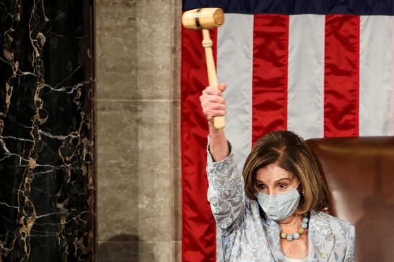 낸시 펠로시 미국 하원의장이 3일(현지시간) 개원한 제117대 의회에서 하원의장에 선출되자 의사봉을 높이 들고 있다. [로이터=연합뉴스]