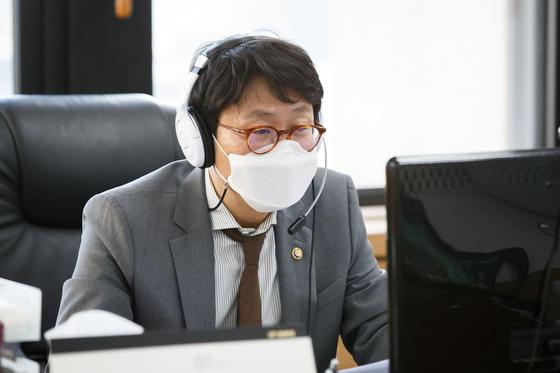도규상 금융위 부위원장이 6일 서울 종로구 정부서울청사에서 금융업권 간담회를 비대면 화상회의로 진행하고 있다. 금융위원회