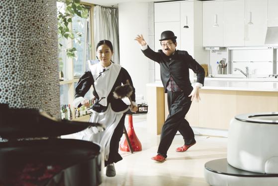 '아파트' 뮤직비디오. 피아니스트 김가람(왼쪽), 바리톤 김재일이 나왔다. [사진 오푸스]