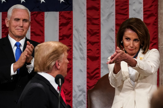 도널드 트럼프 대통령의 2020년 신년 국정연설 직후 낸시 펠로시 하원의장이 한쪽 입꼬리를 올리며 트럼프 대통령을 향해 박수를 치고 있다.[AFP=연합뉴스]