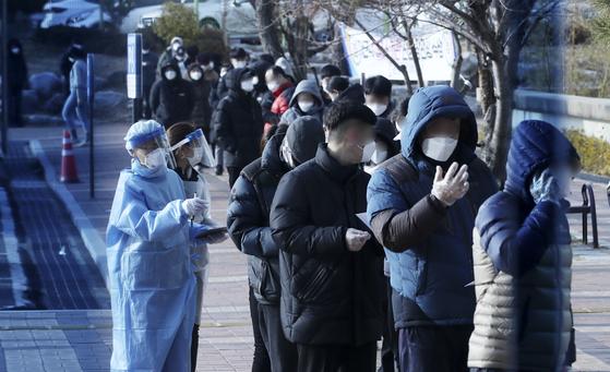 울산 동구보건소에 마련된 선별진료소에서 코로나19 검사를 받기 위해 줄지어 서 있다. 뉴스1