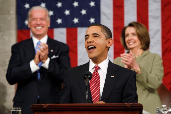 2020년 미국 대통령 선거 운동 기간, 조 바이든 민주당 찬조 연설 중이 버락 오바마 전 대통령 뒤에서 바이든 당시 부통령과 낸시 펠로시 하원의장이 박수를 치며 웃고 있다.[로이터=연합뉴스]