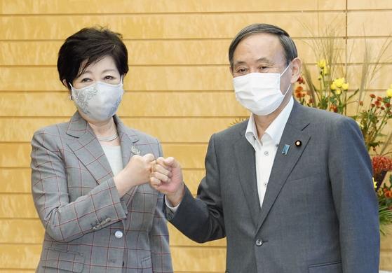 지난 9월 23일 스가 요시히데 일본 총리(오른쪽)와 고이케 유리코 도쿄도 지사가 스가 총리 취임 이후 처음으로 도쿄 소재 총리관저에서 만나 인사하고 있다. [교도=연합뉴스]