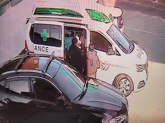 지난달 25일 숨진 응급 구조사가 폭행을 당한 뒤 구급차에 태워져 자신의 집으로 이동하기 직전의 모습. JTBC