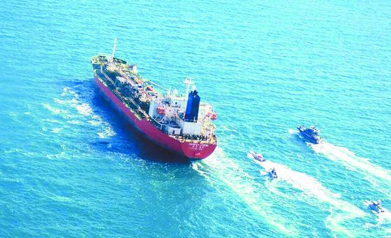 아랍에미리트연합으로 향하던 한국 국적 유조선이 4일 이란 해군에 의해 이란 영해로 이동하고 있다. 이란 타스님 통신이 보도한 사진이다.[AFP=연합뉴스]