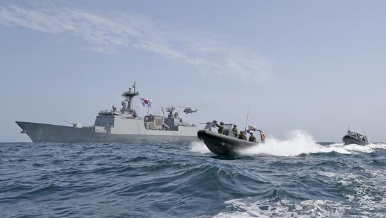 5일 청해부대 최영함(4천400t급)이 이란 혁명수비대의 한국 국적 화학 운반선 나포 상황 대응하기 위해 호르무즈해협 인근 해역에 도착했다. 전날 오만의 무스카트항 인근 해역에서 작전을 수행하던 중 한국 국적 선박 '한국케미호'가 이란에 나포됐다는 상황을 접수한 직후 급파됐다.   사진은 2019년 최영함의 임무수행 모습. [사진 해군 제공]