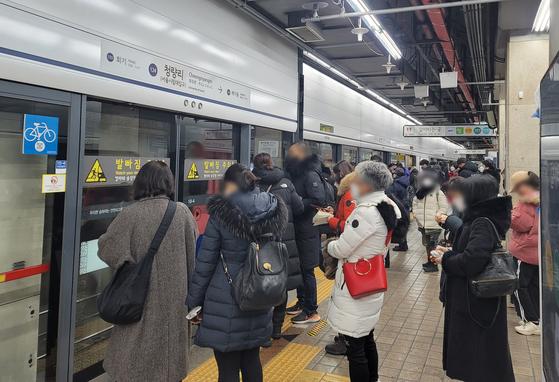 7일 오전 지하철 1호선 열차 고장으로 지하철 운행이 지연되면서 청량리역에서 시민들이 열차를 기다리고 있다. 함민정 기자