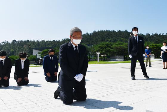 김종인 국민의힘 비상대책위원장이 지난해 8월19일 오전 광주 북구 국립 5·18 민주묘지에서 무릎을 꿇고 참배하고 있다. [연합뉴스]
