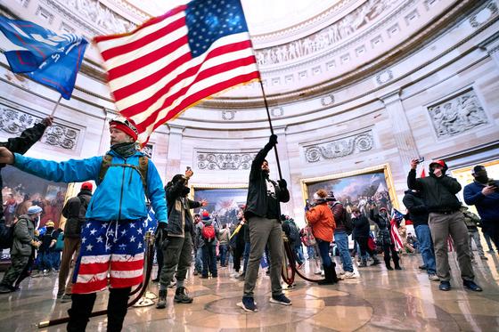 6일 의사당에 난입한 시위대가 진압된 뒤 미 의회는 대통령 인준 합동 회의를 재개했다. [AFP=뉴스1]