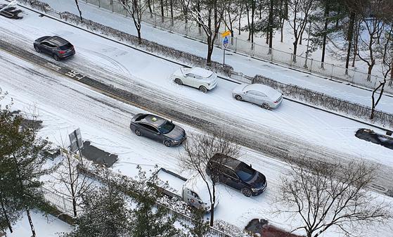 7일 오전 9시 대전시내 도로가 제설작업이 이뤄지지 않아 차들이 거북이걸음으로 운행하고 있다. 프리랜서 김성태