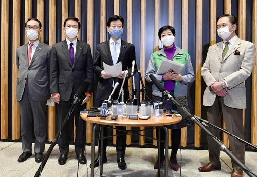 지난 2일 고이케 유리코(小池百合子, 왼쪽 네 번째) 일본 도쿄도(東京都) 지사 등 수도권 4개 광역자치단체장이 니시무라 야스토시(西村康稔, 가운데) 일본 경제 재생 담당상에게 신종 코로나바이러스 감염증(코로나19) 긴급사태 발령을 검토해달라고 요청한 뒤, 도쿄에서 기자들의 취재에 응하고 있다. 연합뉴스