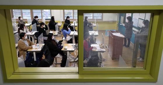2021학년도 대학수학능력시험일인 지난달 3일 오전 서울 영등포구 여의도여자고등학교에 마련된 시험장에서 수험생들이 시험 시작을 기다리고 있다. [사진공동취재단]