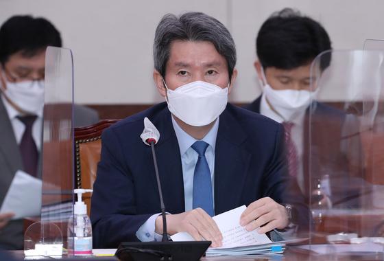 이인영 통일부 장관이 2020년 12월 2일 서울 여의도 국회에서 열린 외교통일위원회 전체회의에 출석하고 있다. 오종택 기자