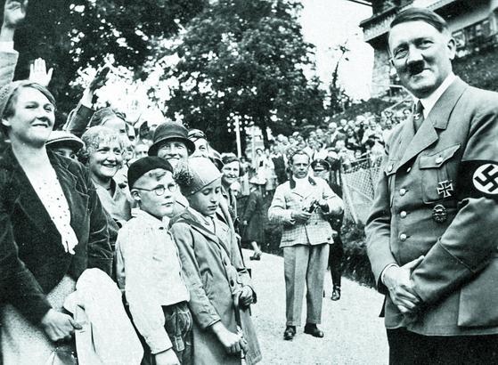 아돌프 히틀러와 그를 연호하는 독일 국민 [중앙포토]