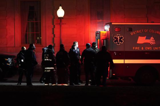 6일(현지시간) 미국 워싱턴DC 연방 의회 의사당 총격사건 부상자가 이송되고 있다. AP=연합뉴스