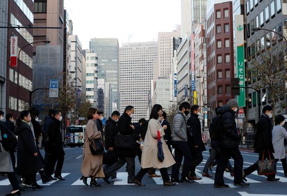 7일 오전 일본 도쿄에서 마스크를 쓴 시민들이 출근을 하고 있다. [로이터=연합뉴스]