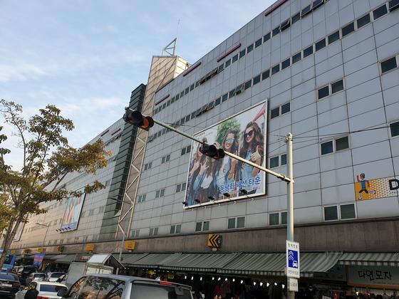서울 동대문 의류 도매상들이 새해를 맞아 온라인을 통해 세계 소매상을 상대로 시장을 넓힐 꿈에 부풀어 있다.