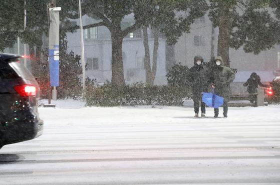 7일 저녁 제주도 전역에 대설특보와 강풍특보가 발효 중인 가운데 퇴근길에도 눈이 내리고 있다. 뉴스1