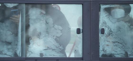 전국적으로 영하 20도를 넘나드는 북극발 최강추위가 절정에 달한 8일 오전 서울 광화문 네거리에서 직장인들이 버스를 타고 출근하고 있다. 연합뉴스