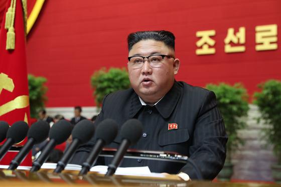 김정은 북한 국무위원장이 지난 5일 평양에서 제8차 노동당 대회를 열고 개회사를 진행하는 모습. [평양 노동신문, 뉴스1]