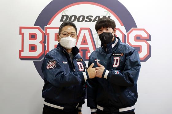 FA 김재호(오른쪽)가 원소속팀 두산과 3년 계약을 마친 뒤 전풍 대표이사와 기념 촬영을 하고 있다. [두산 베어스]