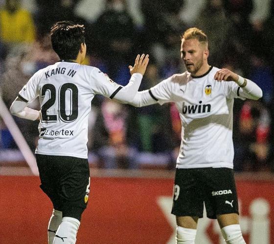 스페인 프로축구 발렌시아 공격수 이강인(왼쪽)이 8일 스페인 국왕컵 2라운드에서 골을 넣은 뒤 동료와 하이파이브를 나누고 있다. [사진 발렌시아 인스타그램]