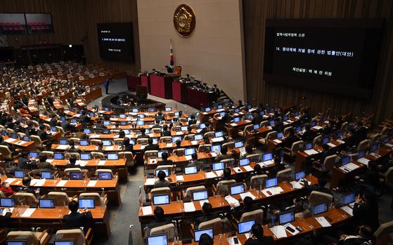 백혜련 더불어민주당 의원이 8일 국회 본회의에서 중대재해 처벌 등에 관한 법률안 제안설명을 하기 위해 발언대로 가고 있다. 연합뉴스