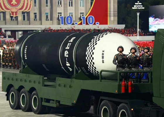 지난해 10월 노동당 창건 75주년 기념 열병식에서 공개된 발사관 6개를 탑재한(6연장) 신형 잠수함발사탄도미사일(SLBM). 연합뉴스
