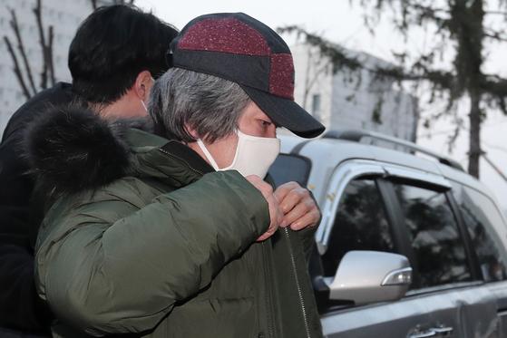 아동 성폭행 혐의로 징역 12년을 복역 후 출소한 조두순(69)이 지난달 12일 출소한 뒤 경기도 안산준법지원센터에서 행정절차를 위해 이동하고 있다. 뉴스1