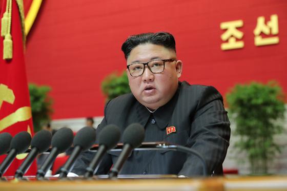 김정은 국무위원장이 지난 5일 개막한 노동당 8차 대회에서 사업총화보고를 하고 있다. [뉴스1]